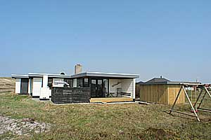 Holiday home. Built in 1974. Renovated in 2006. Situated on a 1250 qm site. Sea view from the site. The house is heated by electricity. 1 bathroom with shower. 1 toilet. At least one bathroom with hea ...