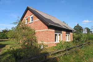 Holiday home. Renovated in 2005. Situated on a 4100 qm site. The house is heated by electricity. 1 bathroom with shower. 1 toilet. Freezer. Dish washer. Woodburning stove. Stereo set. CD. Digital sate ...