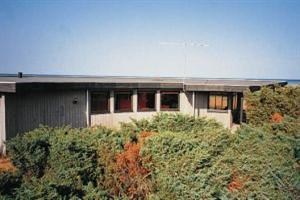 Holiday home. Built in 1972. Situated on a 3217 qm site. Sea view from house and site. The house is heated by electricity. 1 bathroom with shower. 1 toilet. Oven/minioven. High chair. 3 bedrooms in al ...