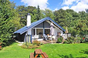 Holiday home. Built in 1973. Renovated in 2008. Situated on a 818 qm site. The house is heated by electricity. 1 bathroom with shower. 1 toilet. Freezer. Oven/minioven. Woodburning stove. Stereo set.  ...