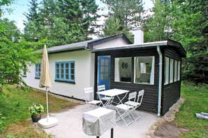 Holiday home. Built in 1951. Renovated in 2005. Situated on a 1360 qm site. The house is heated by electricity. 1 bathroom with shower. 1 toilet. Microwave oven. Woodburning stove. Analog satellite di ...