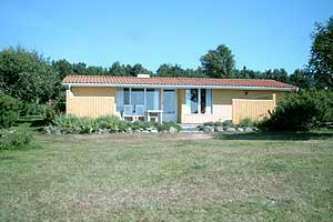 Holiday home. Built in 1969. Renovated in 1996. Situated on a 1100 qm site. Sea view from the site. The house is heated by electricity. 1 bathroom with shower. 1 toilet. At least one bathroom with hea ...