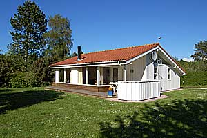Holiday home. Built in 1996. Situated on a 1300 qm site. The house is heated by electricity. 1 bathroom with shower. 1 toilet. At least one bathroom with heated floor. Freezer. Dish washer. Oven/minio ...