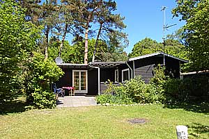 Holiday home. Built in 1955. Renovated in 1998. Situated on a 1200 qm site. The house is heated by electricity. 1 bathroom with shower. 1 toilet. Freezer. Oven/minioven. Woodburning stove. CD. Digital ...