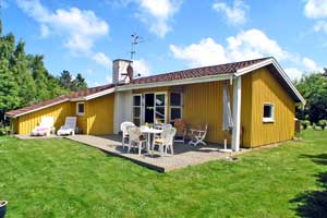Holiday home. Built in 2003. Situated on a 970 qm site. The house is heated by electricity. 1 bathroom with shower. 1 toilet. At least one bathroom with heated floor. Freezer. Microwave oven. Oven/min ...