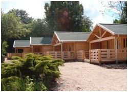 Hytterne er opført i 2004.  <BR> <BR>Hver hytte indeholder stue, køkken, bad/toilet samt