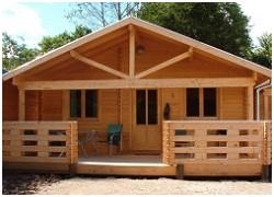 Hytterne er opført i 2004. Hver hytte indeholder stue, køkken, bad/toilet samt et værelse med dobbeltseng og et værelse med 2 køjesenge. Ud over lejen betales et tillæg på kr. 50 pr. person p ...
