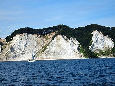 Møns Klint er 7 kilometer lang og op til 128 meter høj.  - 396