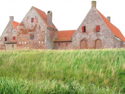 Borgen lå godt beskyttet bag jordvolde - 832